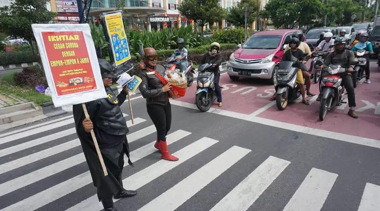 Aksi Superhero Indonesia dan Luar Negeri bergabung melawan  Virus Corona di Solo